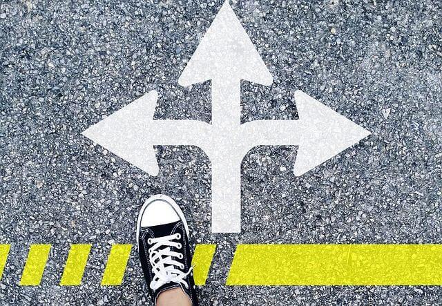 正しい場所へ導くための矢印と靴
